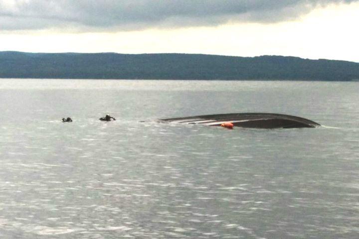 Водолазы обследуют затонувшую у берегов Владивостока яхту