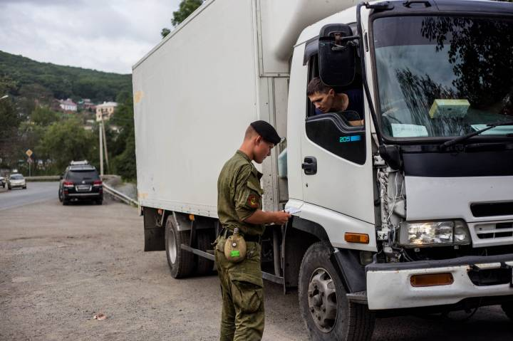Дальнобойщики Владивостока вывозят свое имущество с занятой военными автобазы (ФОТО)