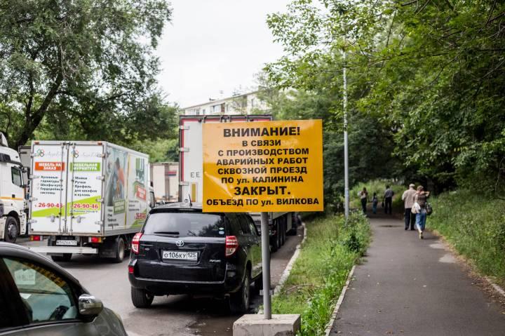 Жители Чуркина часами стоят в пробках из-за ремонта теплотрассы на Калинина (ФОТО)