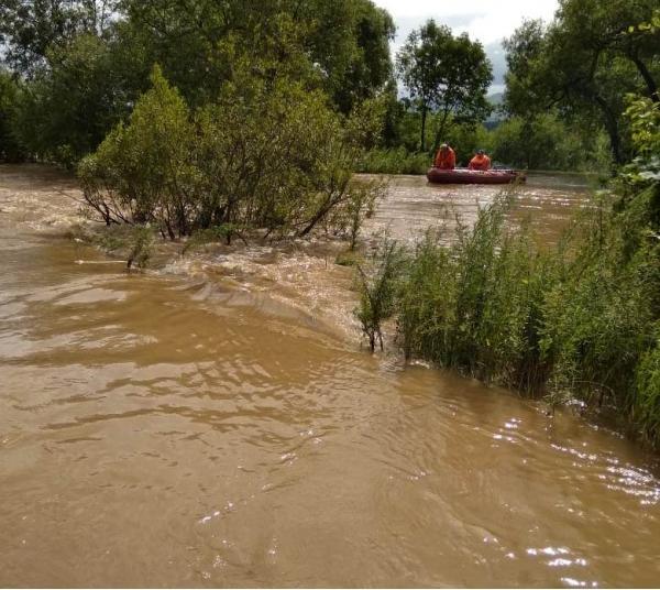 Автомобиль хабаровчан утонул в реке во время непогоды в Приморье