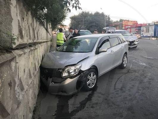 Автомобилю «помогли» врезаться в подпорную стену во Владивостоке