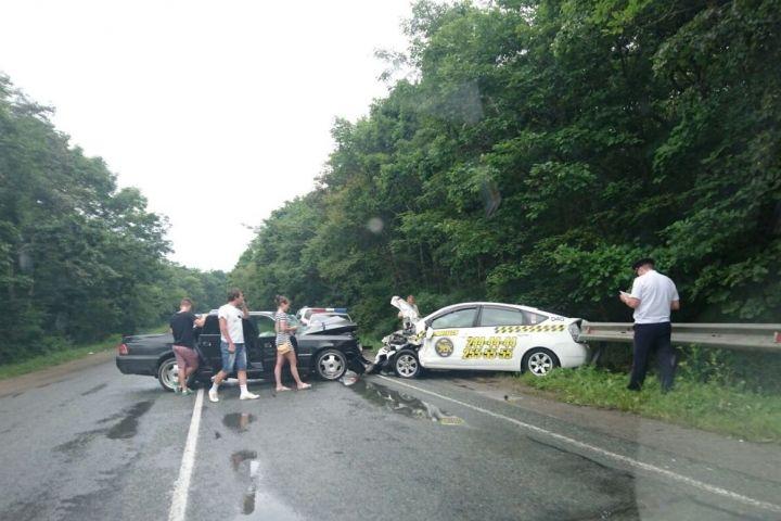 Серьезное ДТП с участием такси перекрыло Шаморовскую трассу