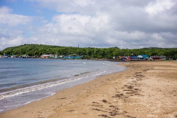 На популярном пляже Владивостока отдыхающие спасли женщину