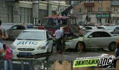 Автомобиль ушел под землю в центре Владивостока