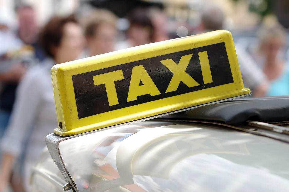 Во Владивостоке фура придавила такси