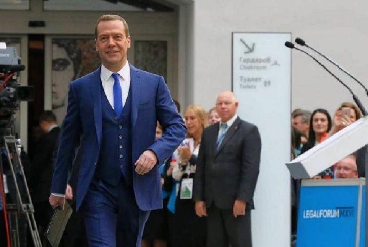 Медведев: «Ситуация с зарплатами учителей выглядит благопристойно»