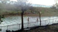 Двое подростков устроили купание на затопленной улице Владивостока