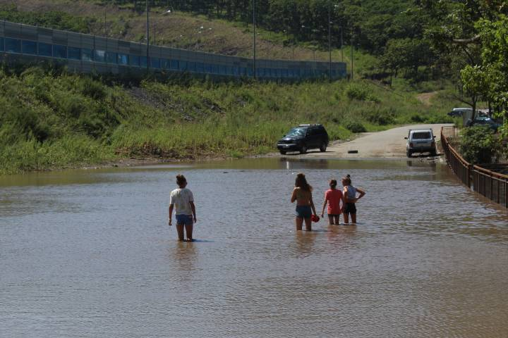 Огромная река разлилась по улице во Владивостоке