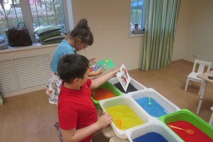 Владивостокских ребят научили рисовать песком