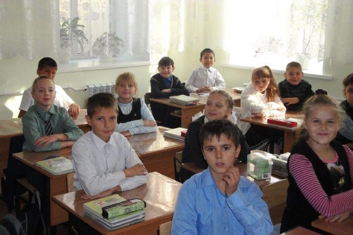 Шотландки, блузки с блестками, костюмы со «Спортивки»: как одеваются школьники Владивостока