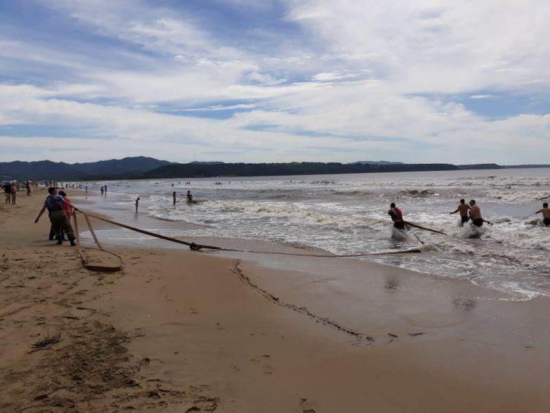 В Приморье спасли двух отдыхающих, которые не могли выплыть на берег