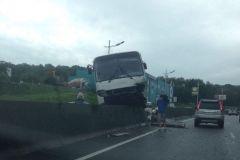 Автобус налетел на бетонные блоки на Седанкинском спуске