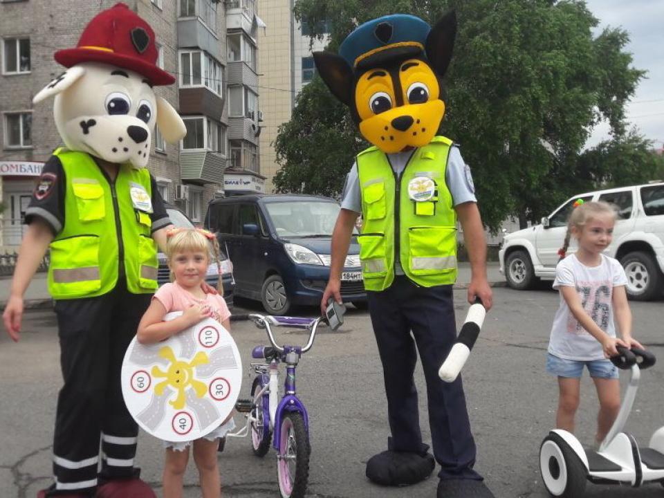 Дети и сотрудники ГИБДД напомнили водителям о скоростном режиме в Уссурийске