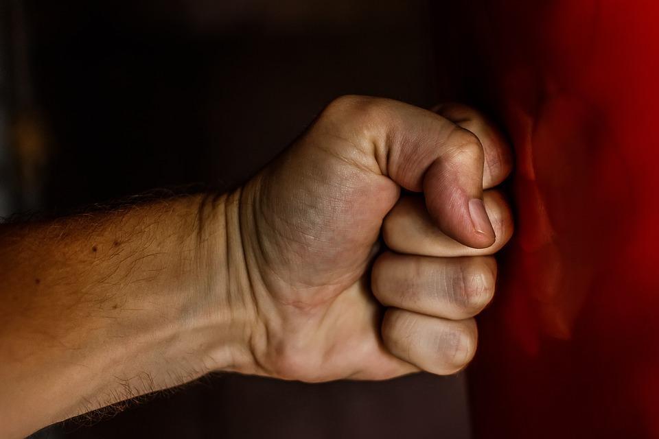«Синоптиков бьют»: массовая драка в ливень рассмешила приморцев
