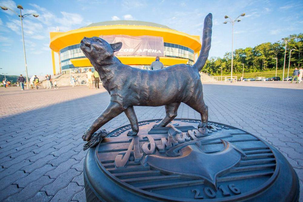 Во Владивостоке открыли памятник кошке Матроске