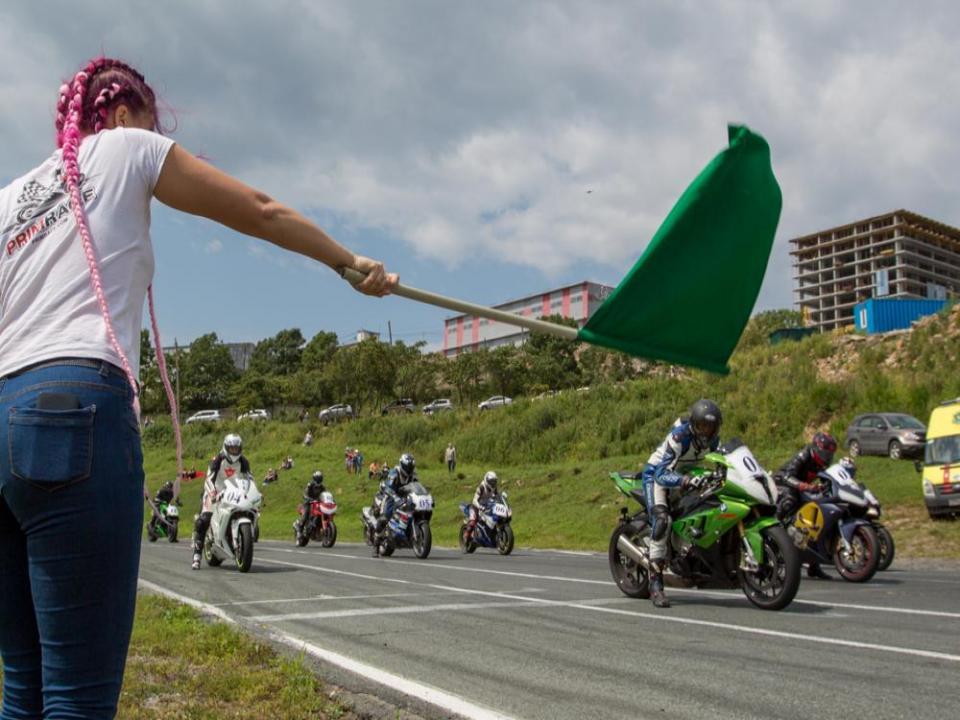 Шоссейно-кольцевые гонки на Змеинке устроили мотолюбители Владивостока (фото)