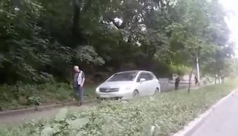 «Автопешеход» на тротуаре попался на регистратор, в соцсети и в ГИБДД (видео)
