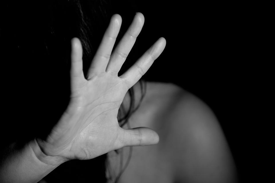 Во Владивостоке двое мужчин избили и изнасиловали свою гостью