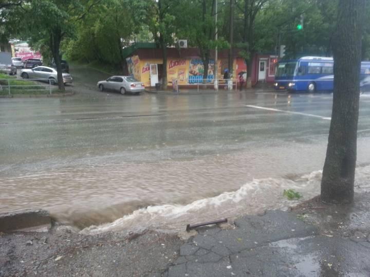 Дороги и тротуары Владивостока скрылись под грязной водой