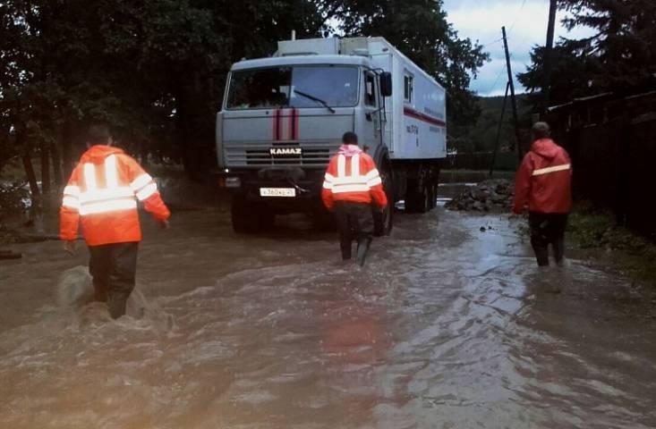 За восстановление дамбы в Кавалеровском районе Приморья принялись спасатели МЧС