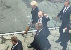 Путин поцеловал директора гимназии во Владивостоке