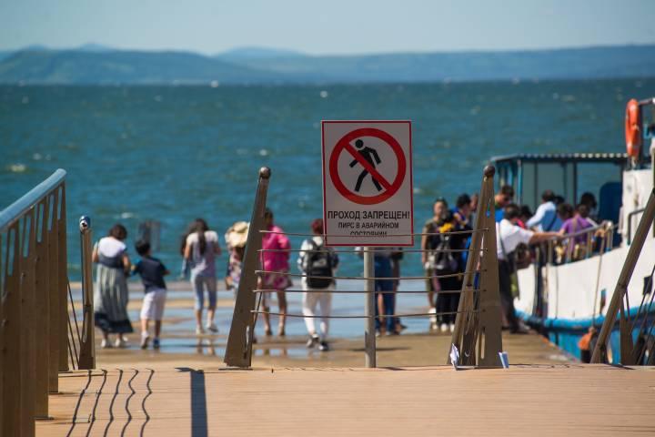Прогулки по пирсам на набережной Спортивной гавани во Владивостоке опасны для жизни