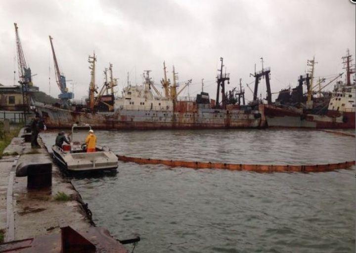 Разлив нефтепродуктов произошел в бухте Диомид во Владивостоке