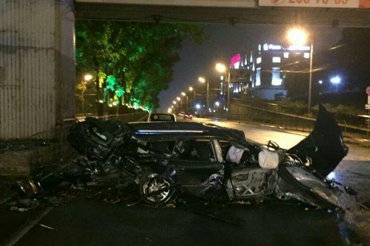В груду металлолома превратился автомобиль после попытки обогнать фуру во Владивостоке