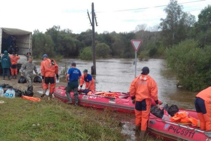 Амурские спасатели уже неделю помогают жителям приморской Кокшаровки