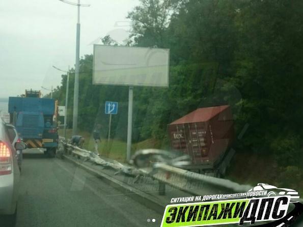 Из-за вчерашнего ДТП в пригороде Владивостока перекрыты две полосы движения