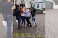 Блондинка и брюнетка подрались в центреВладивостока