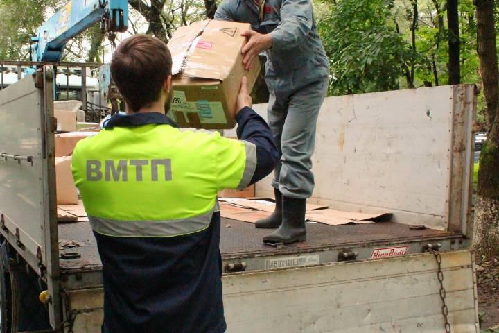 Портовые рабочие ВМТП помогают пострадавшим от тайфуна