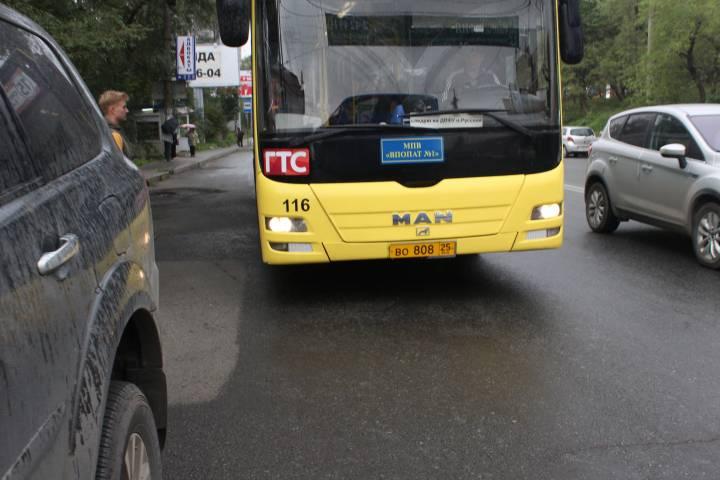 Перевозчика во Владивостоке оштрафовали за долгую стоянку автобусов на остановках