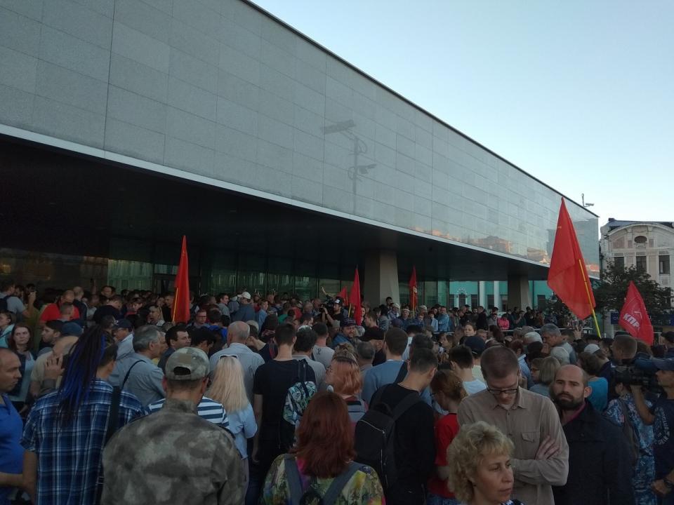 Митинг против результатов второго тура выборов проходит во Владивостоке