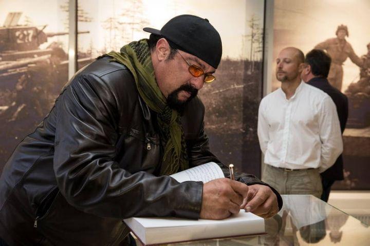 Почетный гость ВЭФ Стивен Сигал собирается снять фильм на Сахалине