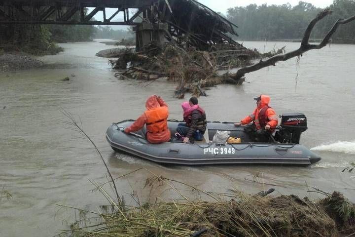 Приморские пожарные спасли семью во время наводнения