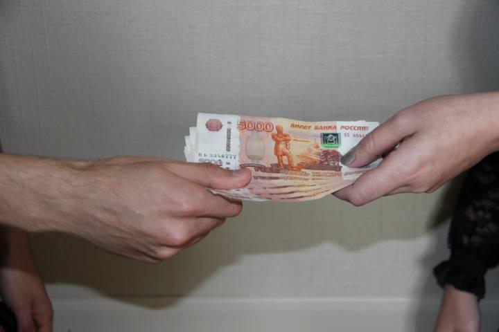 Таможенника поймали на взятке в международном аэропорту Владивостока