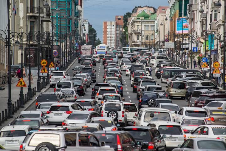 Самая длинная пробка на дорогах Владивостока достигла почти девяти километров