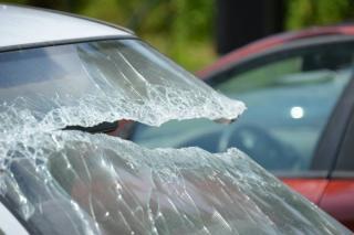 Во Владивостоке хулиганы закидали автомобиль камнями и яйцами