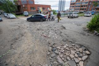 «Пускай чиновникам будет стыдно»: владивостокцы своими силами ремонтируют дорогу