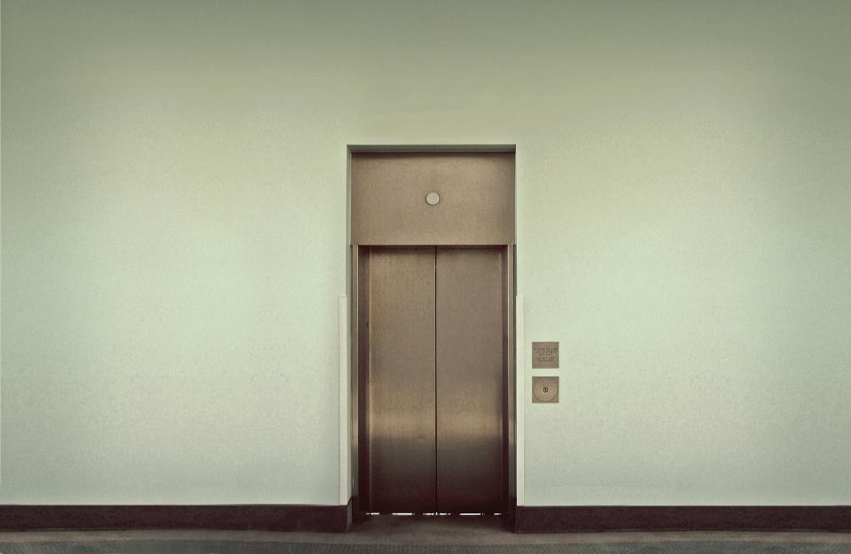 Поездка в лифте закончилась для жителя Владивостока весьма печально