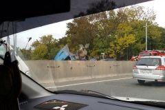 В пригороде Владивостока большегруз снес бетонные блоки