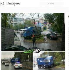 Во Владивостоке фура снесла столбы