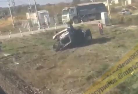 Автомобиль перевернулся в Приморье на железной дороге