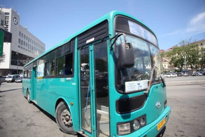 Во Владивостоке «мастер парковки» устроил западню общественному транспорту