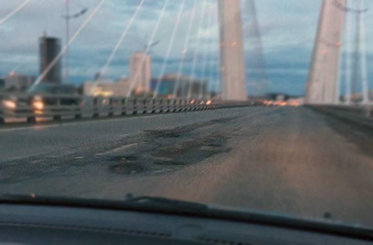 Пользователи соцсетей Владивостока в очередной раз поиздевались над Золотым мостом