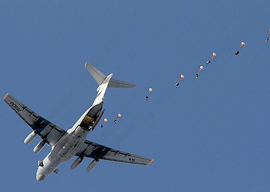 Боевую технику десантируют с парашютами в Приморье