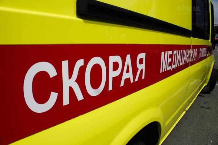 Инспекторы ГИБДД толкали машину скорой помощи во Владивостоке