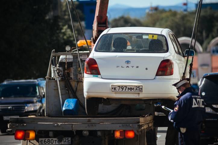 Эвакуаторы перекрыли движение на дороге во Владивостоке