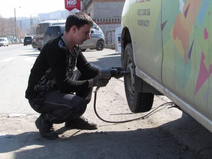Во Владивостоке на придомовой территории «разули» Honda Fit